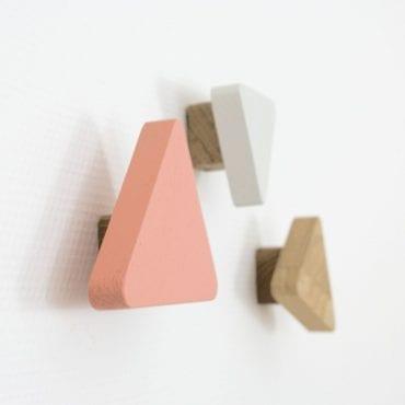 Découvrez notre mobilier pour enfant design en chêne massif et 100% Made in France. Des meubles écologiques et sans clou ni vis, pédagogie Montessori.
